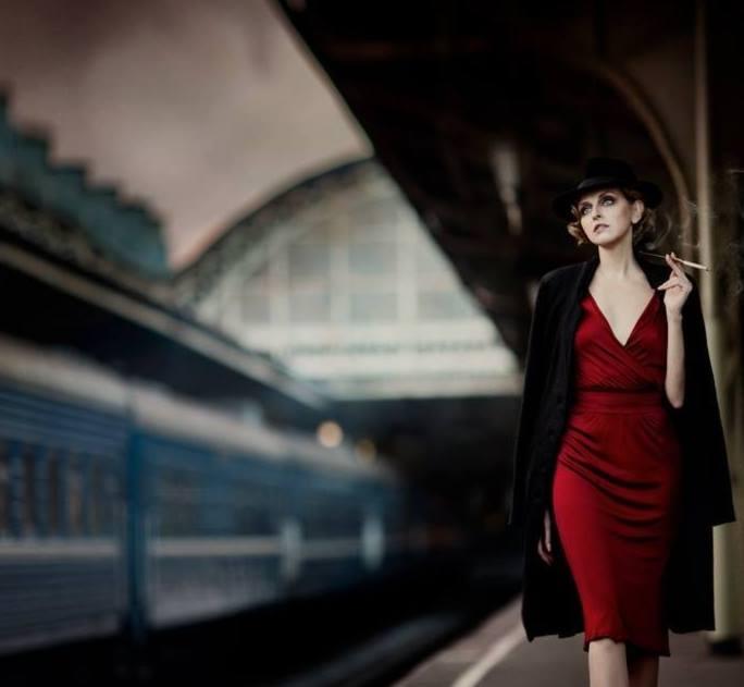 donna rossa sigaretta