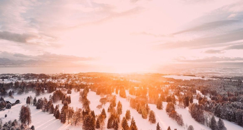 tramonto su paesaggio innevato - i doni di santa lucia dalla leggenda alla realtà
